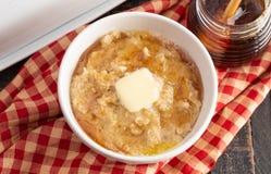 Oatmeal με βουτύρου και γλυκαμένος με το μέλι στοκ εικόνες