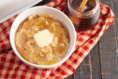 Oatmeal με βουτύρου και γλυκαμένος με το μέλι στοκ φωτογραφία με δικαίωμα ελεύθερης χρήσης