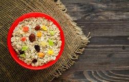 Oatmeal με με τα ξηρά fruitstrawberries, σταφύλια, ακτινίδιο, peac Στοκ φωτογραφία με δικαίωμα ελεύθερης χρήσης