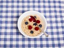 Oatmeal με τα μούρα και το κουτάλι Στοκ φωτογραφία με δικαίωμα ελεύθερης χρήσης