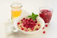 Oatmeal με τα φρέσκα τα βακκίνια και το μέλι Στοκ Φωτογραφίες