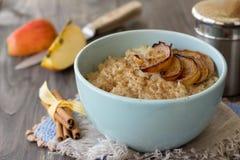 Oatmeal με τα ψημένες μήλα και την κανέλα Στοκ Φωτογραφίες