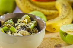 Oatmeal με την μπανάνα και την πράσινη Apple Στοκ φωτογραφία με δικαίωμα ελεύθερης χρήσης