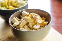 Oatmeal με την μπανάνα, την πορτοκαλιά, πράσινη Apple, τα ξύλα καρυδιάς, τους σπόρους σουσαμιού και Chia Στοκ φωτογραφία με δικαίωμα ελεύθερης χρήσης