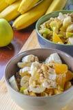 Oatmeal με την μπανάνα, την πορτοκαλιά, πράσινη Apple, τα ξύλα καρυδιάς, τους σπόρους σουσαμιού και Chia Στοκ εικόνα με δικαίωμα ελεύθερης χρήσης