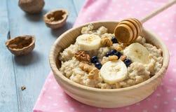 Oatmeal με τις μπανάνες και τα ξύλα καρυδιάς Στοκ Εικόνα