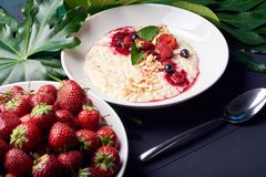 Oatmeal με τις φράουλες Θερινό πρόγευμα υγιές και νόστιμο Στοκ Εικόνες