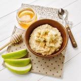 Oatmeal με το μήλο και το μέλι στοκ εικόνα με δικαίωμα ελεύθερης χρήσης