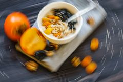 Oatmeal με Persimmon σε έναν μαύρο ξύλινο πίνακα στοκ φωτογραφίες με δικαίωμα ελεύθερης χρήσης