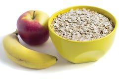 Oatmeal, μια μπανάνα και ένα μήλο στο άσπρο υπόβαθρο στοκ φωτογραφίες με δικαίωμα ελεύθερης χρήσης