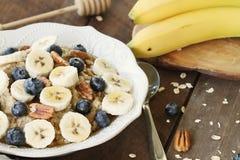 Oatmeal μπανάνες, βακκίνια, μέλι και πεκάν στοκ εικόνες