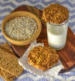 Oatmeal μπισκότα και ένα ποτήρι του γάλακτος πρόγευμα υγιές Στοκ Εικόνες