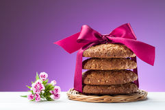 Oatmeal μπισκότα και ανθίζοντας λουλούδι Στοκ Φωτογραφίες