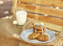 Oatmeal μπισκότα και γάλα στο αγροτικό υπόβαθρο Στοκ φωτογραφία με δικαίωμα ελεύθερης χρήσης