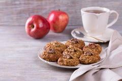 Oatmeal μπισκότα με τα ξύλα καρυδιάς Στοκ Εικόνες