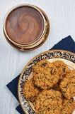 Oatmeal μπισκότα σταφίδων με τον καφέ Στοκ Εικόνες