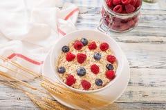 Oatmeal που διακοσμείται με τα φρέσκα μούρα Στοκ φωτογραφία με δικαίωμα ελεύθερης χρήσης