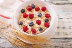 Oatmeal που διακοσμείται με τα φρέσκα μούρα Στοκ Εικόνα