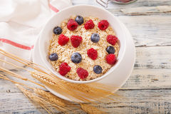 Oatmeal που διακοσμείται με τα φρέσκα μούρα Στοκ εικόνα με δικαίωμα ελεύθερης χρήσης