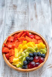 Oatmeal προγευμάτων για τα παιδιά που ολοκληρώνονται με τα φρούτα ουράνιων τόξων Στοκ εικόνα με δικαίωμα ελεύθερης χρήσης