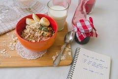 Oatmeal προγευμάτων κουάκερ με τις μπανάνες, τους σπόρους, τα καρύδια και το γάλα Στοκ Εικόνα