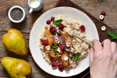 Oatmeal προγευμάτων πρωινού, καραμελοποιημένο αχλάδι Στοκ Εικόνες