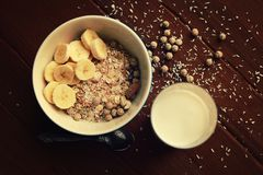Oatmeal πρωινού με τα καρύδια και το γάλα αμυγδάλων vegan Στοκ φωτογραφίες με δικαίωμα ελεύθερης χρήσης