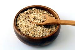 Oatmeal σε ένα ξύλινο κύπελλο στοκ φωτογραφίες