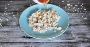 Oatmeal σε ένα πιάτο με τη μαρμελάδα απόθεμα βίντεο