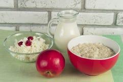Oatmeal, τυρί εξοχικών σπιτιών, γάλα και Apple Κατάλληλη διατροφή για το πρόγευμα Στοκ εικόνες με δικαίωμα ελεύθερης χρήσης
