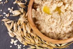 Oatmeal в деревянном шаре Стоковые Изображения