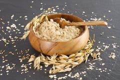 Oatmeal в деревянном шаре Стоковые Фотографии RF