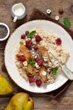 Oatmeal προγευμάτων πρωινού, καραμελοποιημένο αχλάδι στοκ φωτογραφία με δικαίωμα ελεύθερης χρήσης