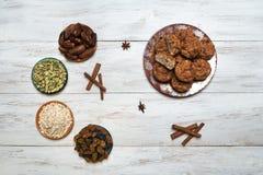 Oatmeal babeczki z datami, rodzynkami i kardamonem, fotografia stock