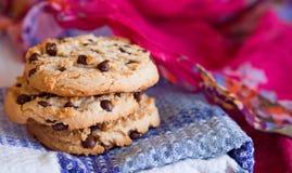 Oatmeal ciastka na menchii, błękit, biały tło Zdjęcia Stock