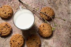 Oatmeal ciastka na mleku i stole Zdjęcia Royalty Free