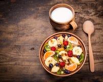 Oatmeal com frutas e leite Imagem de Stock