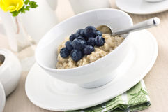 Oatmeal com uvas-do-monte Fotografia de Stock