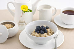 Oatmeal com uvas-do-monte Foto de Stock Royalty Free