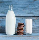 Oatmeal cookies and a glass of milk Royalty Free Stock Images