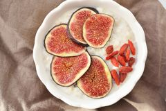 Oatmeal with fresh figs and goji berry Royalty Free Stock Photos
