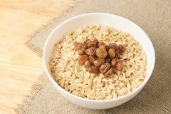 Oatmeal med russin Läcker sund frukostfrilägebakgrund arkivfoton