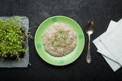 Oatmeal owsianka, owsianka owsy/zdrowy śniadanie na rocznika czerni drewnianym stole zdjęcie royalty free