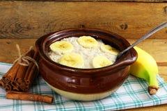 Oatmeal owsianka w puchar polewie z bananem Zdjęcie Stock
