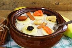Oatmeal owsianka w puchar polewie z bananowego cynamonu suchą owoc Fotografia Stock
