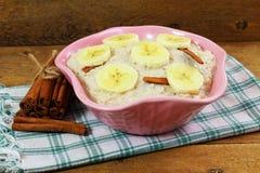 Oatmeal owsianka w puchar polewie z bananowym cynamonem Obraz Royalty Free