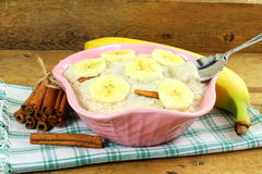 Oatmeal owsianka w puchar polewie z bananowym cynamonem Obrazy Stock