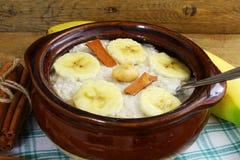 Oatmeal owsianka w puchar polewie z bananowym cynamonem Zdjęcia Stock