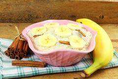 Oatmeal owsianka w puchar polewie z bananowym cynamonem Obraz Stock