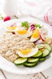Oatmeal owsianka z gotowaną jajka, warzywa sałatką z i, śniadaniowy żywienioniowy zdrowy obraz royalty free